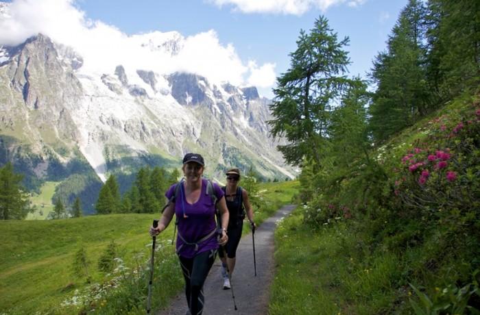 Hikers near Refugio Bonatti